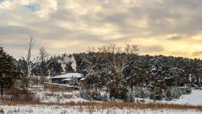 Hiver, maison, fumée, gel, froid, forêt, arbres, hutte, bois de chauffage, four, ciel, nuages, coucher du soleil, Ural, fenêtre,  Photos stock
