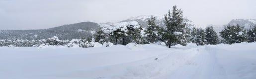 Hiver merveilleux de vue panoramique avec un bon nombre de neige et de dérives de neige dans un village grec sur l'île d'Evia, Gr photographie stock libre de droits