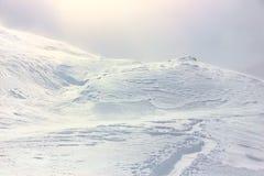 Hiver, montagne couverte de neige photo libre de droits