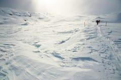 Hiver, montagnes couvertes de neige avec des randonneurs photographie stock
