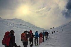 Hiver, montagnes couvertes de neige avec des randonneurs images libres de droits