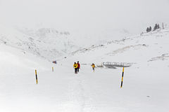 Hiver, montagnes couvertes de neige avec des randonneurs image stock