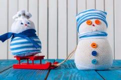 Hiver, Noël - famille faite main heureuse de bonhomme de neige Photographie stock libre de droits