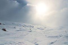 Hiver ; Paysage neigeux de montagne photographie stock
