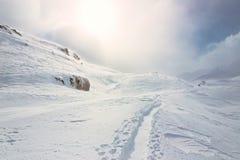 Hiver, paysage neigeux de montagne avec des randonneurs images libres de droits