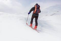 Hiver, paysage neigeux de montagne avec des randonneurs images stock