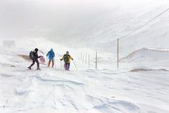 Hiver, paysage neigeux de montagne avec des randonneurs photos stock