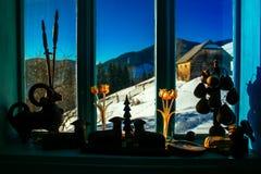 Hiver pendant le jour d'hiver ensoleillé de fenêtre Photographie stock libre de droits