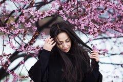 Hiver, portrait de ressort de jeune belle femme de brune avec de longs cheveux portant le manteau chaud Image libre de droits