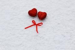 Hiver rouge deux de coeurs de neige Photo stock