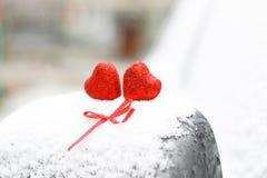 Hiver rouge deux de coeurs de neige Photographie stock libre de droits