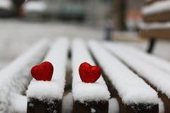 Hiver rouge deux de coeurs de neige Images libres de droits