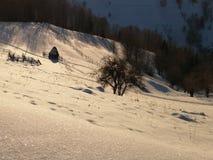Hiver sur les collines Meule de foin et barrières Ombres le soir images libres de droits