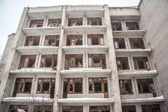 Hiver, tempête de neige, neige, vieux bâtiment ruiné de cinq-étage avec les fenêtres cassées Photos stock