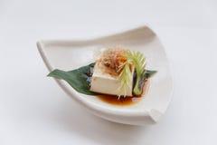 Hiyayakko: Zimna Tofu sałatka z Katsuobushi Suszył, Fermentujący i Dymiący Skipjack tuńczyk, Zdjęcia Royalty Free