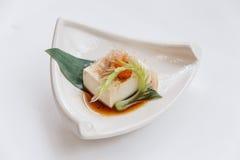 Hiyayakko: Zimna Tofu sałatka z Katsuobushi Suszył, Fermentujący i Dymiący Skipjack tuńczyk, Zdjęcie Royalty Free