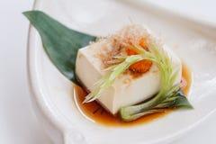 Hiyayakko: Zimna Tofu sałatka z Katsuobushi Suszył, Fermentujący i Dymiący Skipjack tuńczyk, Obrazy Royalty Free