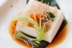 Hiyayakko: Zimna Tofu sałatka z Katsuobushi Suszył, Fermentujący i Dymiący Skipjack tuńczyk, Obraz Stock