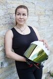 Hjälm för framsida för härlig vit för kvinnainnehavhänder öppen med spegelskölden, stående Royaltyfria Bilder