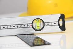 Hjälm och hjälpmedel för byggnadsritningar och byggnader Royaltyfri Bild