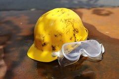 Hjälm och skyddsglasögon för säkerhetsutrustning Royaltyfri Bild