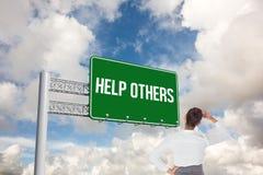 Hjälp andra mot blå himmel med vita moln royaltyfria bilder