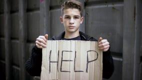 Hjälp att underteckna in hemlösföräldralöshänder, barntiggerihjälp, social service för behov fotografering för bildbyråer