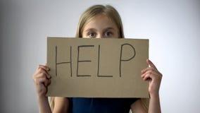 Hjälp att underteckna in liten flickahänder, anfall i familj, barns rättskydd arkivfoto