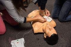 hjälp första utbildning DefibrillatorCPR-övning royaltyfri fotografi