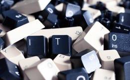 It-HJÄLP, hög av svartvita datortangentbordtangenter Royaltyfria Bilder