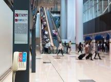 Hjälp information om skrivbordet i flygplats royaltyfria bilder