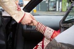 Hjälp ut ur bilen Royaltyfri Fotografi