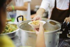 Hjälpa att mata det fattigt: Begreppet av hunger royaltyfri bild