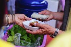 Hjälpa det fattigt i samhälle, genom att donera mat: Begreppet av hunger arkivbild