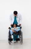 hjälpa för barndoktor som är sjukt royaltyfria bilder