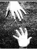hjälpa för hand arkivfoto