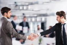 hjälpa för hand Begrepp av teamwork och partnerskap royaltyfri bild