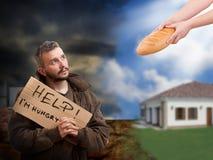 hjälpa för tiggare som är hungrigt royaltyfri fotografi