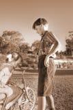 hjälpande barn för gentleman royaltyfri bild