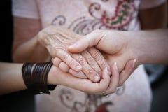 Hjälpande begrepp för äldre folk royaltyfri bild