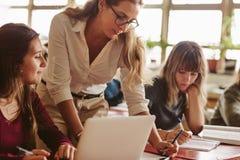 hjälpande deltagare studerar lärare royaltyfri foto
