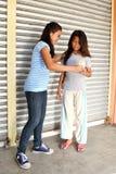 Hjälpande fattigt folk Fotografering för Bildbyråer