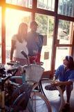 Hj?lpande kunder f?r s?ljarekvinna till att k?pa den nya cykeln i lager royaltyfri fotografi