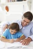 hjälpande läxason för fader royaltyfri fotografi