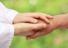 hjälpande natursjuksköterskapensionär Arkivbild
