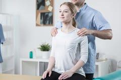 hjälpande patient fysisk terapeut arkivfoton