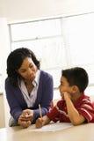 hjälpande schoolworklärare för pojke Arkivbild