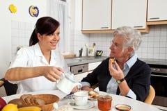 hjälpande sjuksköterskapensionär Royaltyfri Fotografi