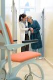 hjälpande tålmodig för doktor arkivfoto
