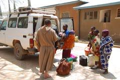 Hjälpen av de Franciscan munkarna av den afrikanska befolkningen av T Royaltyfri Fotografi